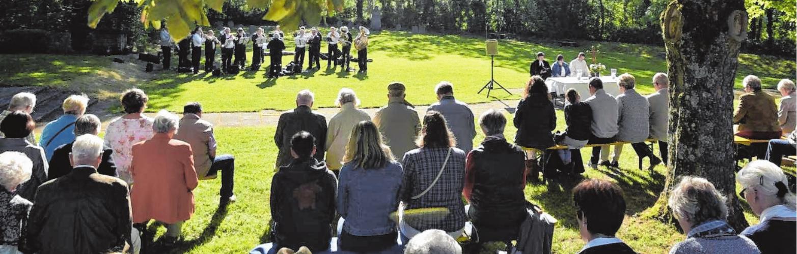 Vor dem Gefallenenehrenmal auf dem Schloßberg feierten am Morgen des Pfingstmontags 2018 evangelische und katholische Christen einen ökumenischen Gottesdienst. FOTO: GEROLD SNATE