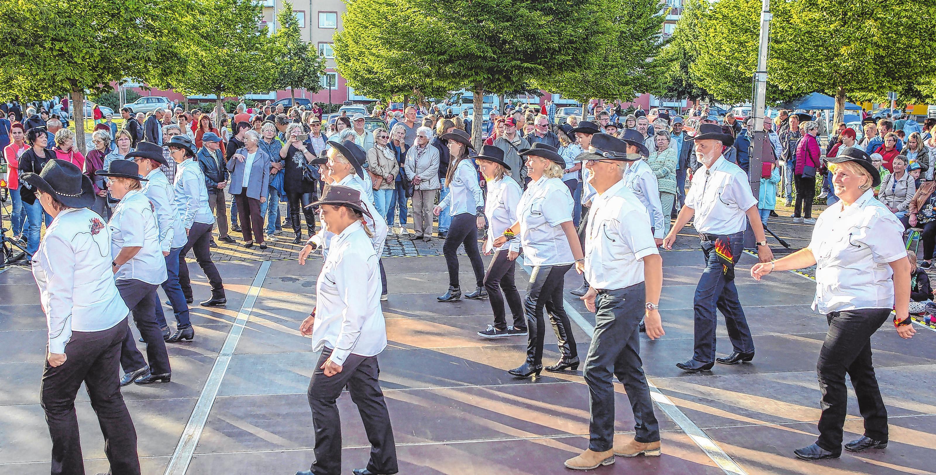 Rhythmus, bei dem man mit muss: Die Country- und LineDancer kommen an in der Oderstadt. Archivfotos: Oliver Voigt