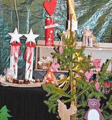 An den Verkaufsständen werden selbst gebastelte Advents-, Weihnachts- und Kunstgewerbeartikel angeboten.