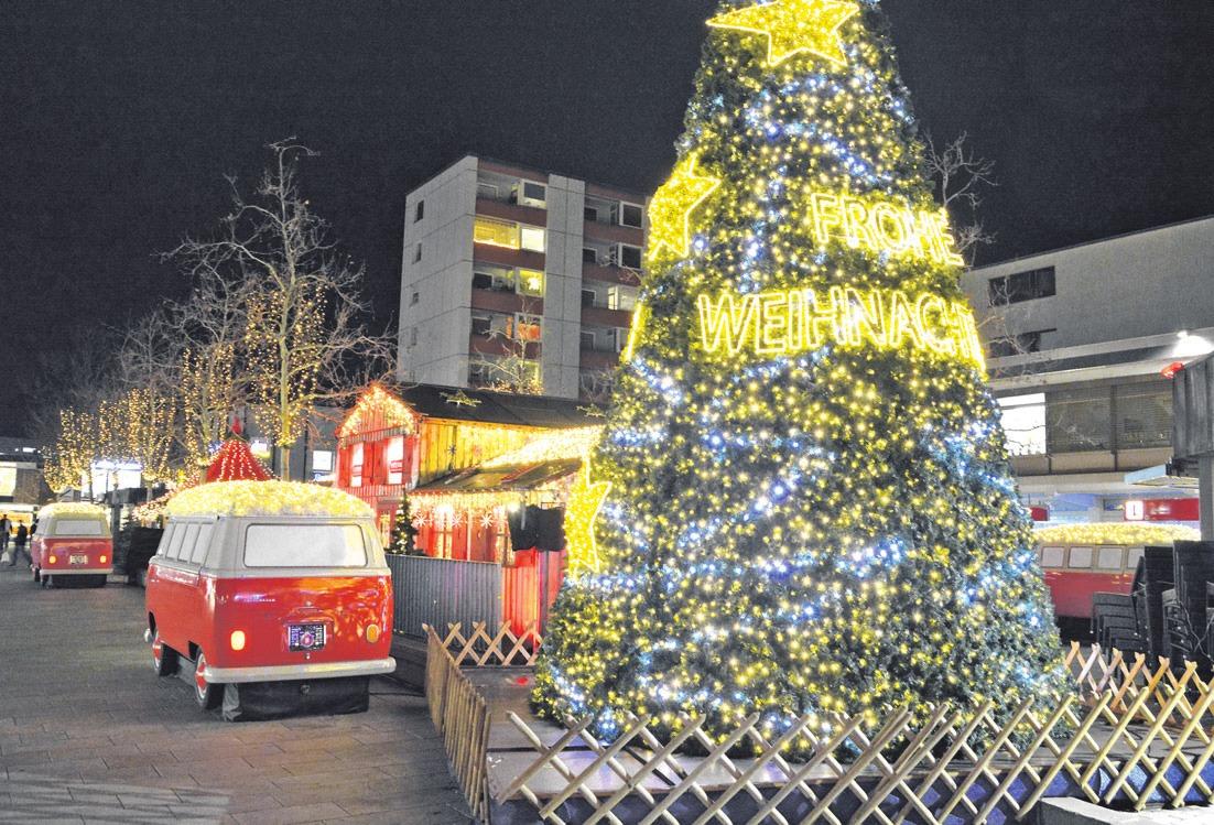 Die rot-weißen Bullis waren auch in diesem Jahr wieder ein besonderer Hingucker des Wolfsburger Weihnachtsmarktes.