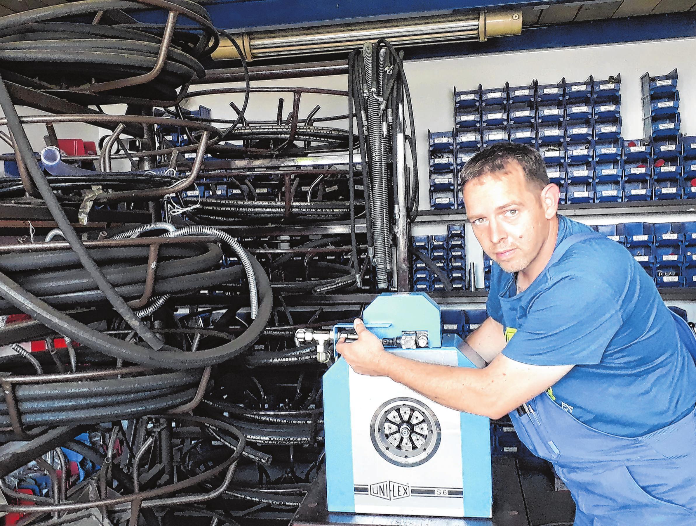 Werkstattleiter Stefan Ulbrich beim Hydraulikschlauchservice