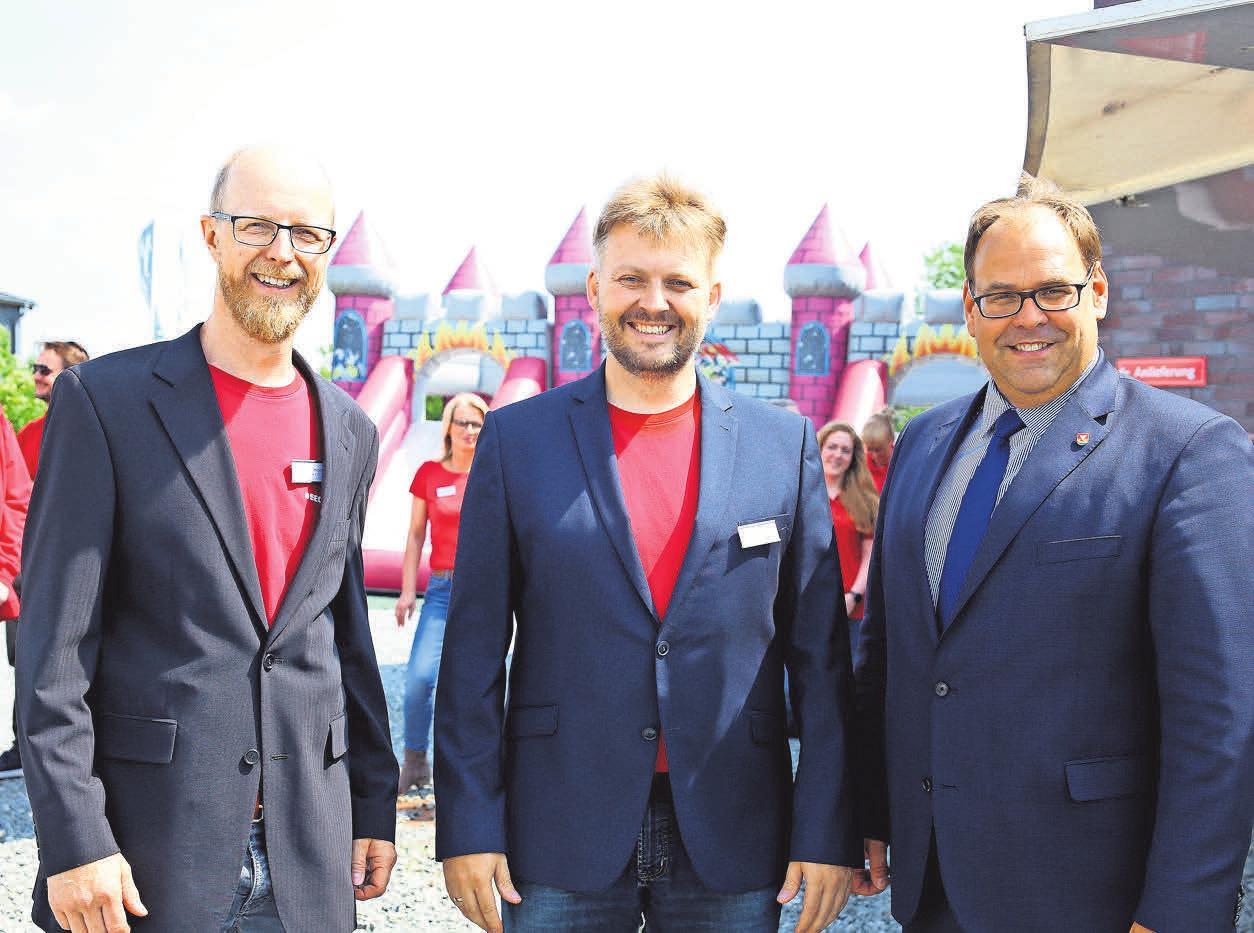 Die Firmeninhaber Sebastian Krüger (v.l.),l Christoph Rakel mit Neustadts Bürgermeister Mirko Spiekermann während der Feier am 24. Mai Fotos:Secra
