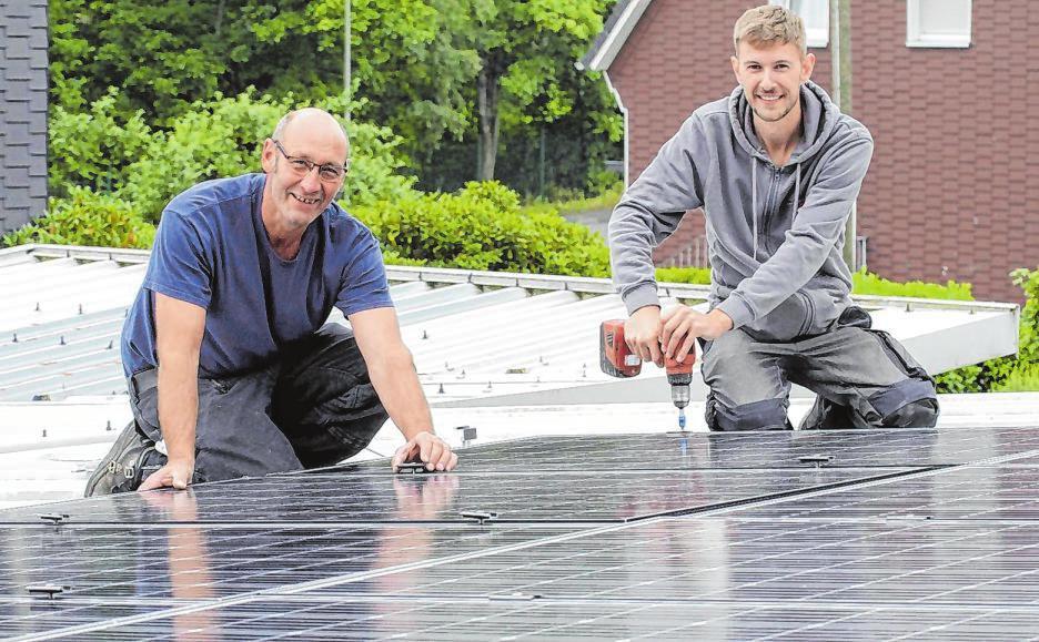 Haben die Photovoltaikanlage auf den Blechdach montiert: Dietmar Hofmayer (l.) und Daniel Reinschmidt.