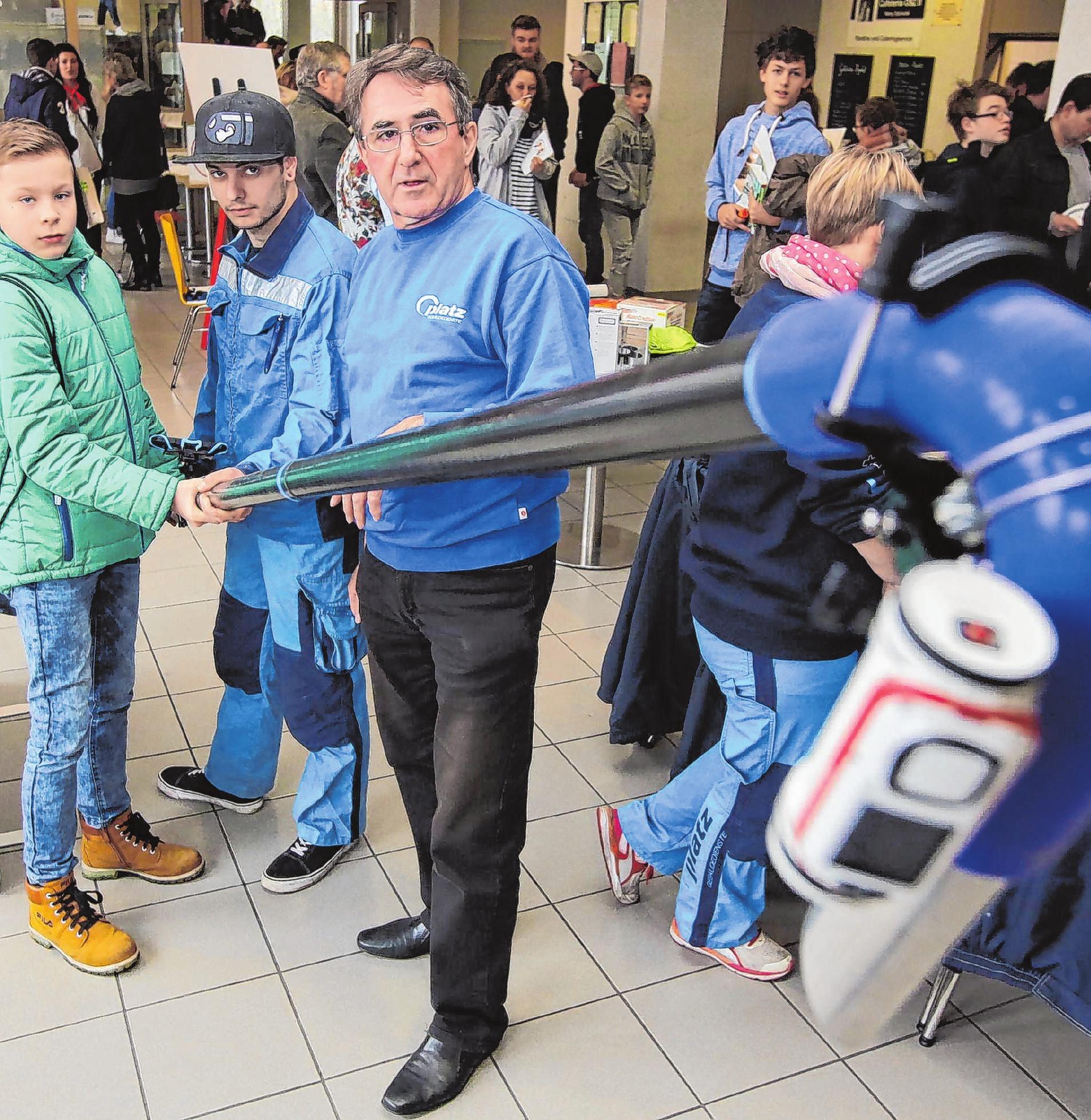 Zwei Mitarbeiter der Firma Platz GmbH begeisterten im vorigen Jahr einen jüngeren Messebesucher mit einem riesigen Staubsauger.