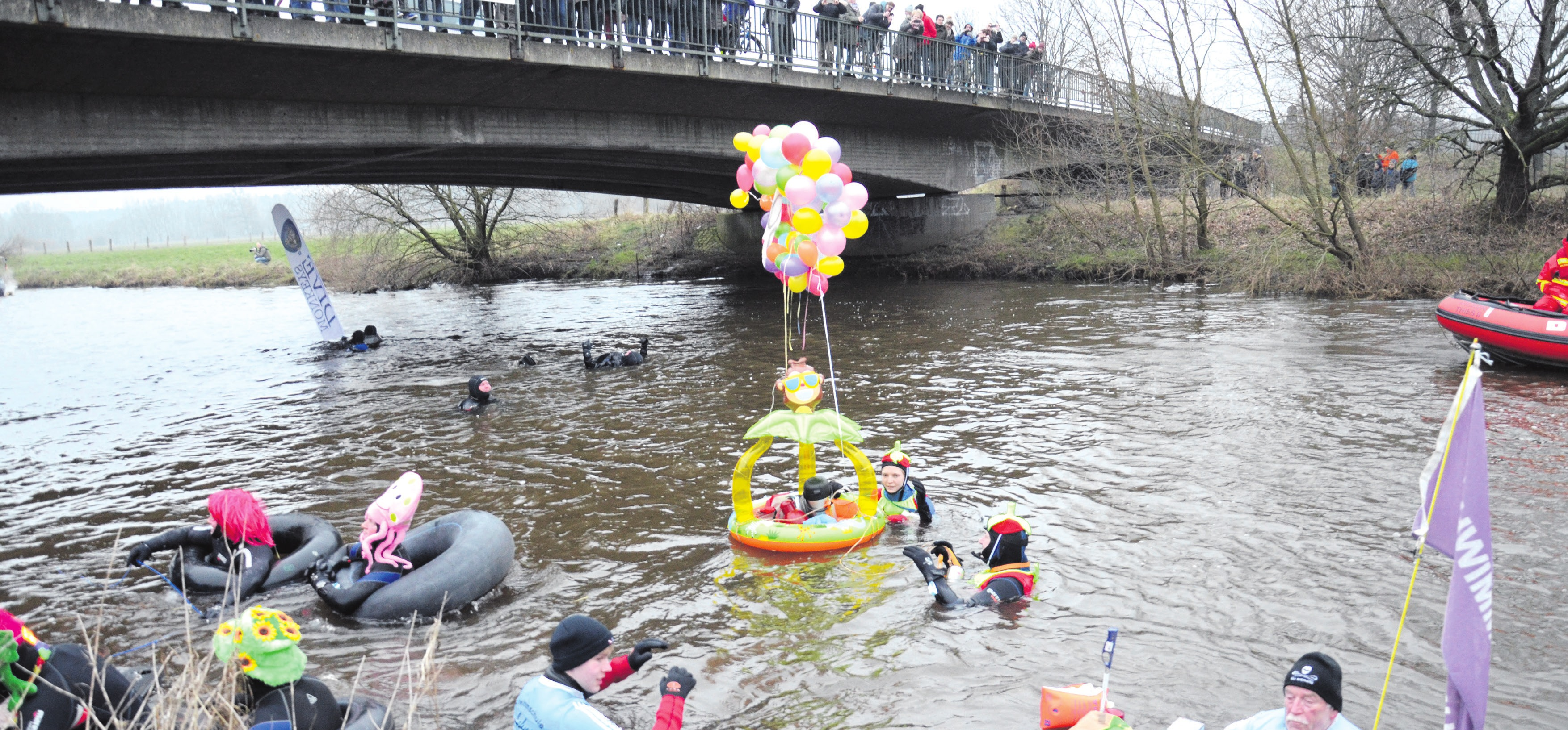 Rund 250 Teilnehmerinnen und Teilnehmer starteten beim 50. Aller-Winter-Fackelschwimmen der DLRG in Celle. Archivfotos: Müller (3)/Göpfert (1)