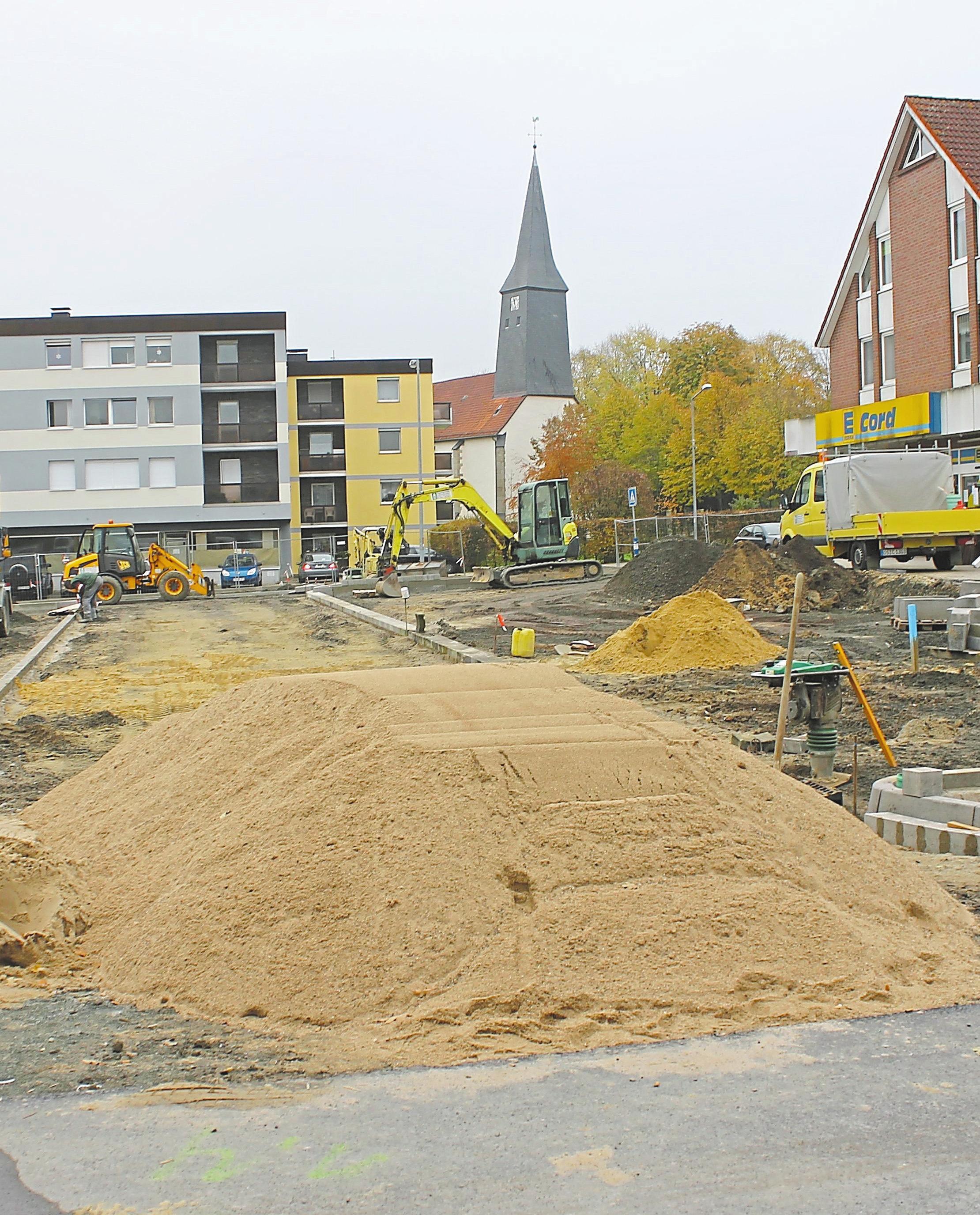 Vor dem Edeka entstehen neue Parkplätze. Im nächsten Jahr soll der alte Markt weiteren Parkflächen weichen.