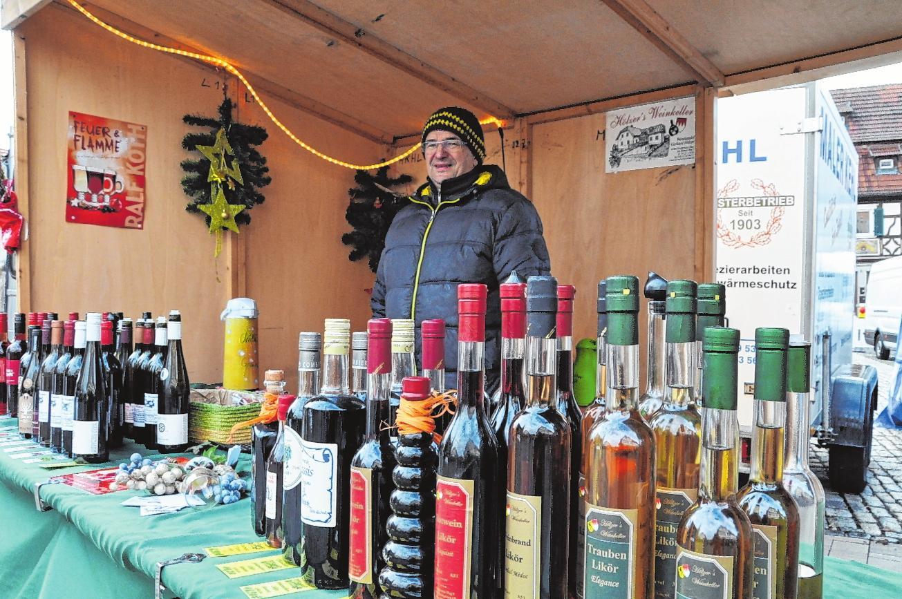 Freundliche Händler freuen sich am Dienstag in Hofheim auf viele Kunden. FOTO: MARTIN SCHWEIGER