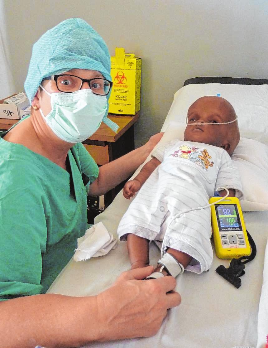 Dr. Brigitte Tost behandelt ein Kind mit Hydrocephalus.Bild: Brigitte Tost