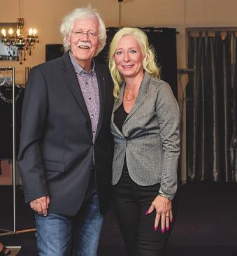 Claudia Zierke freut sich, dass Moderator Carlo von Tiedemann gern zu ihr kommt