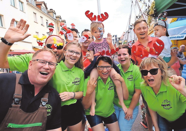 RICHTIG GUTE PARTYSTIMMUNG gibt es auf dem Eilenburger Stadtfest. Einheimische und Gäste strömen jährlich zum bunten Festreigen. Zum traditionellen Programm gehört neben dem Höhenfeuerwerk auch das beliebte Entenrennen. Foto: Wolfgang Sens