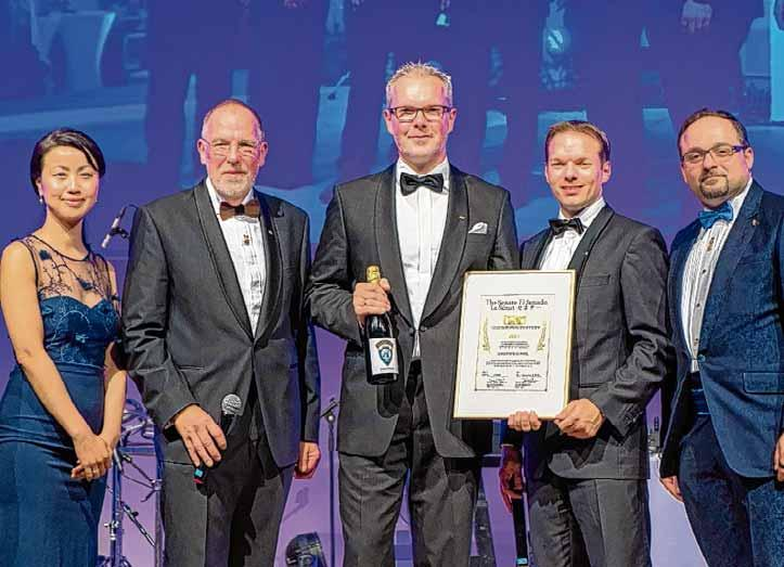Christoph Dunkel (Mitte) wurde von der Junior Chamber International - kurz JCI - für sein jahrelanges Engagement und seine Verdienste um die Wirtschaftsjunioren mit dem Titel eines Senators dekoriert. Die Auszeichnung wurde erstmals an einen Unternehmer im Harzkreis vergeben.