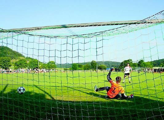 Entscheidet wieder das Elfmeter-Schießen über den Pokalsieg? Auf jeden Fall erleben Fans, Spieler und alle fußballbegeisterten Besucher abwechslungsreiche Stunden beim Eichenberg-Pokalturnier.