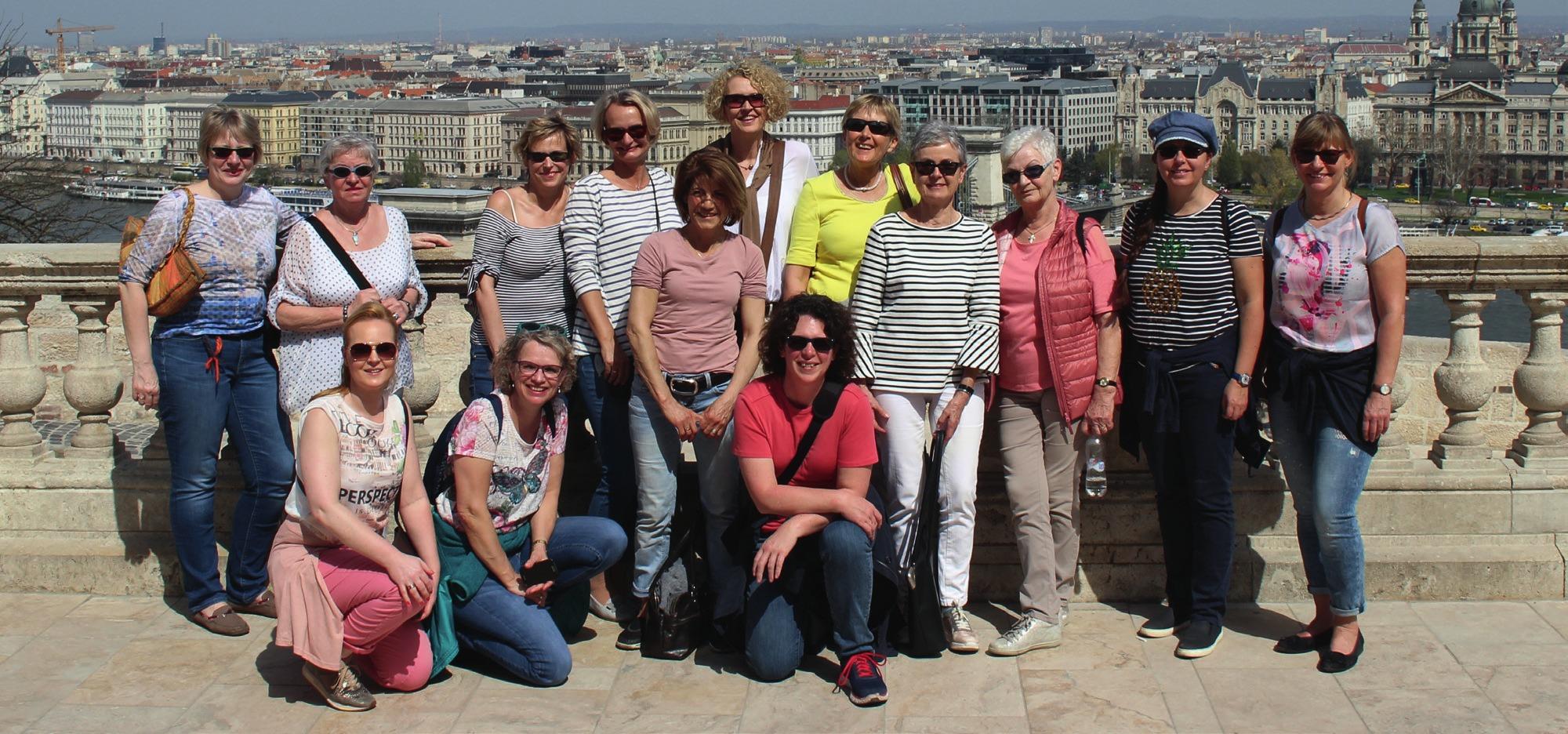Die Collegiums-Damen bei strahlendem Sonnenschein in Budapest.
