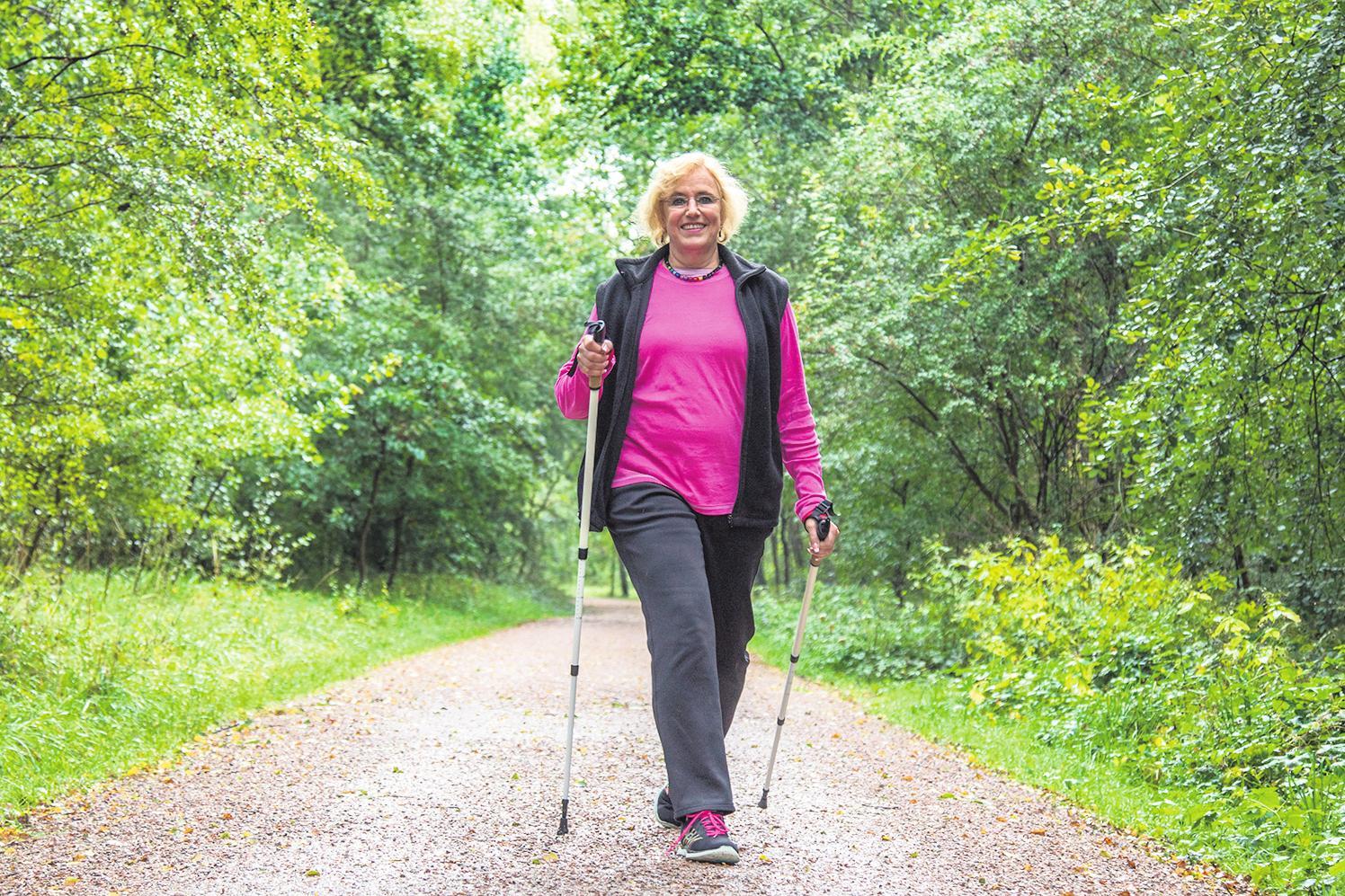 Der erste Schritt: Auch wer erst spät mit Nordic Walking beginnt, tut etwas für seine Gesundheit. FOTO: DPA
