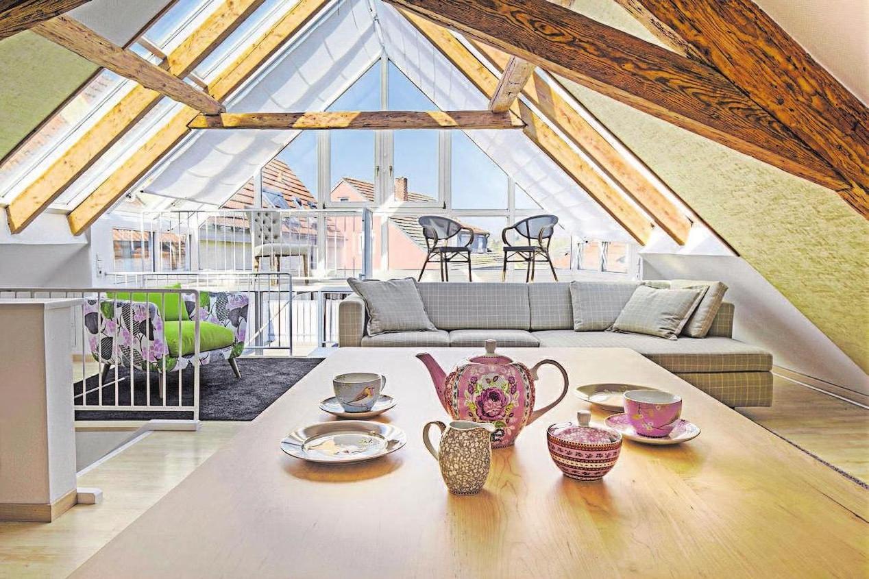 Ungenutzte Dachgeschosse lassen sich häufig in wertvollen und attraktiven Wohnraum verwandeln. Gefragt ist dafür eine durchdachte Planung und Ausführung durch erfahrene Fachhandwerker. Foto: djd/Gesamtverband Deutscher Holzhandel/Himmelswiese – stock.adobe.com