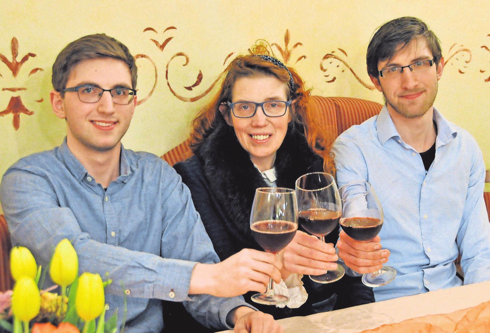 Gemeinsam mit ihren Söhnen Alexander (links) und Maximilian freut sich Sonja Käppler über das 50-jährige Bestehen des Calenberger Hof.
