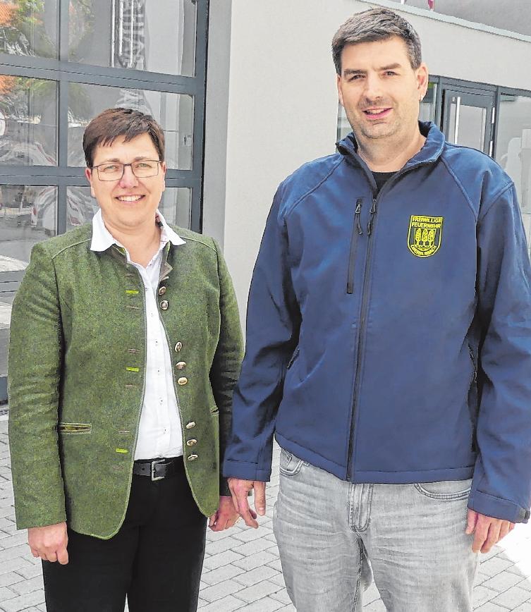 Bürgermeisterin Birgit Erb und Kommandant Sebastian May freuen sich über die Fertigstellung des neuen Gerätehauses der Stützpunktfeuerwehr Oberelsbach.