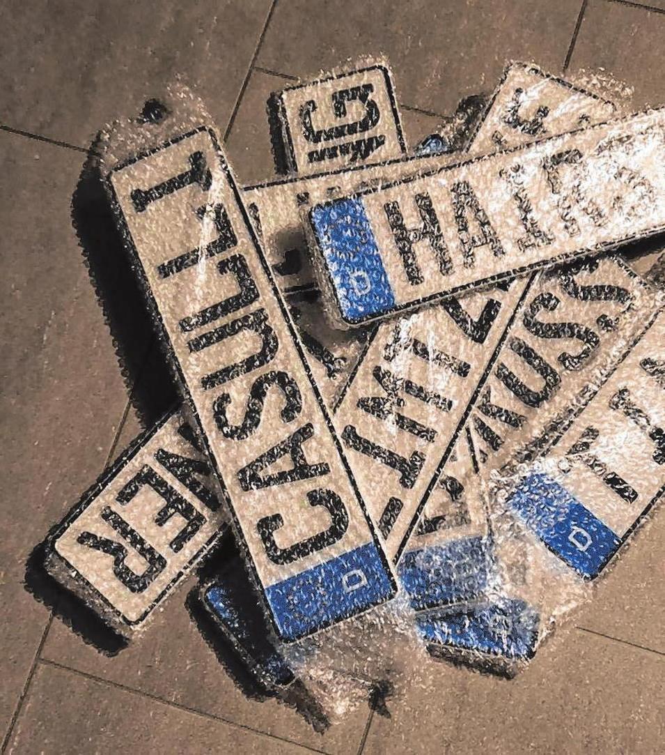 Auch individualisierte Kennzeichen zu Dekorationszwecken oder als Geschenk sind im Angebot. Foto: Schilderschmiede Nördlingen