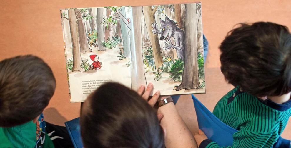 Kinder, denen regelmäßig vorgelesen wird, sind später auch in der Schule erfolgreicher. Deshalb finden in der Neckarsulmer Kita Grenchenstraße immer wieder Vorlesetage statt. Foto: Arno Burgi