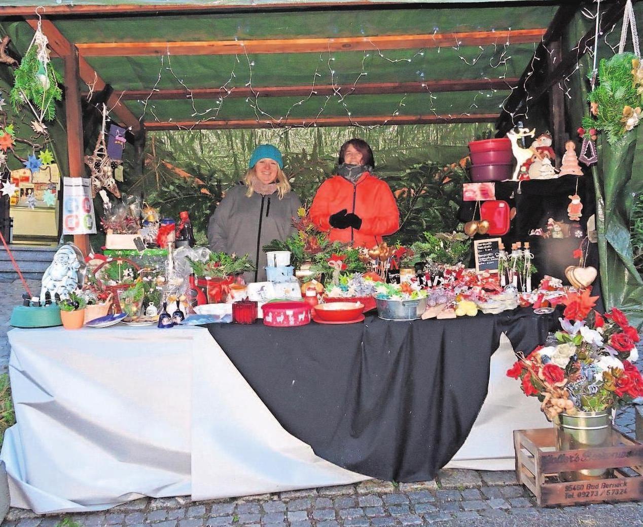 """Die weihnachtlich geschmückte Stände und Buden haben im Angebot """"alles rund um das Fest der Feste""""."""