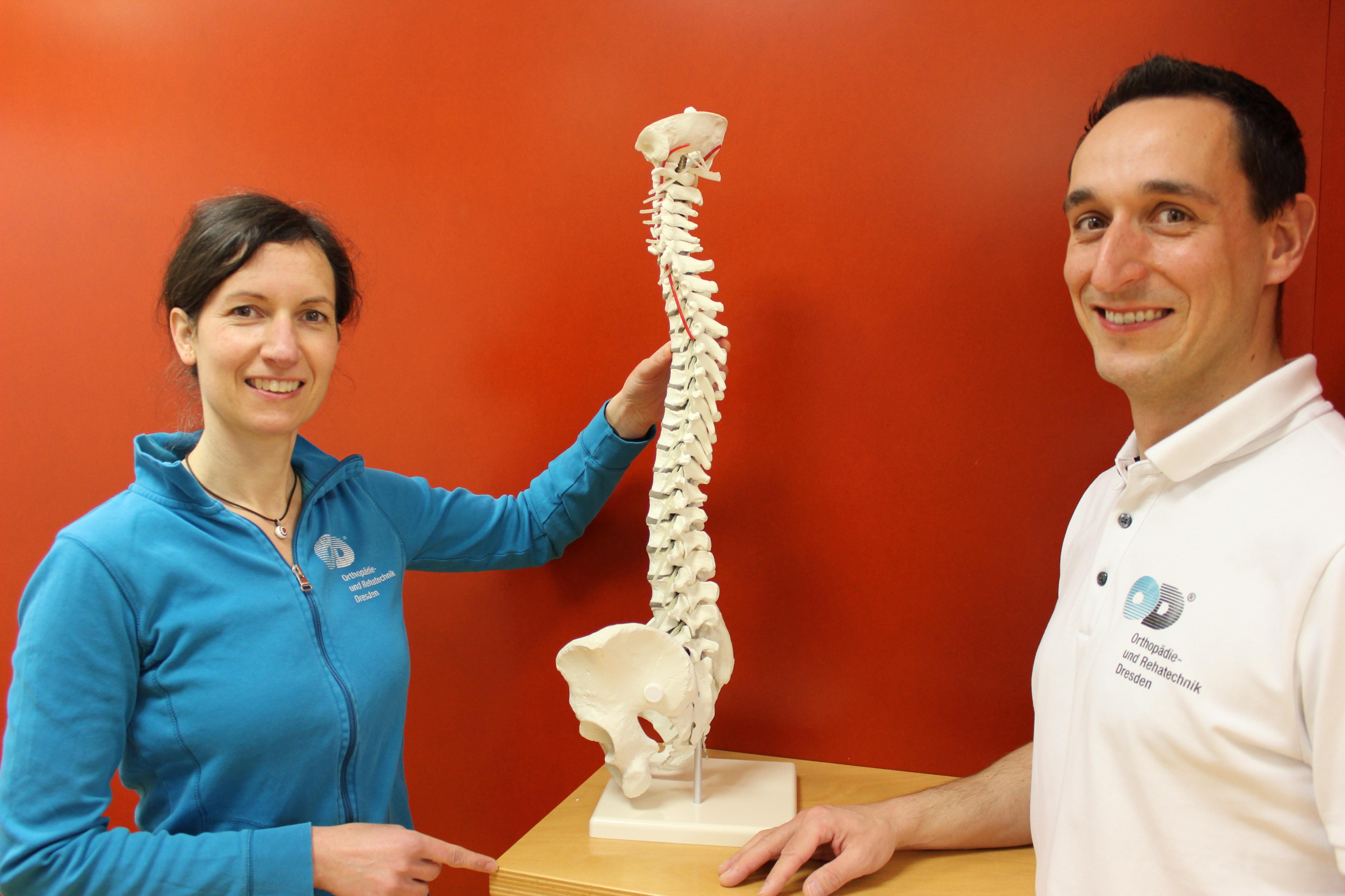 Die Physiotherapeuten Claudia Buro und Matthias Schwiteilo führen die Analyse durch