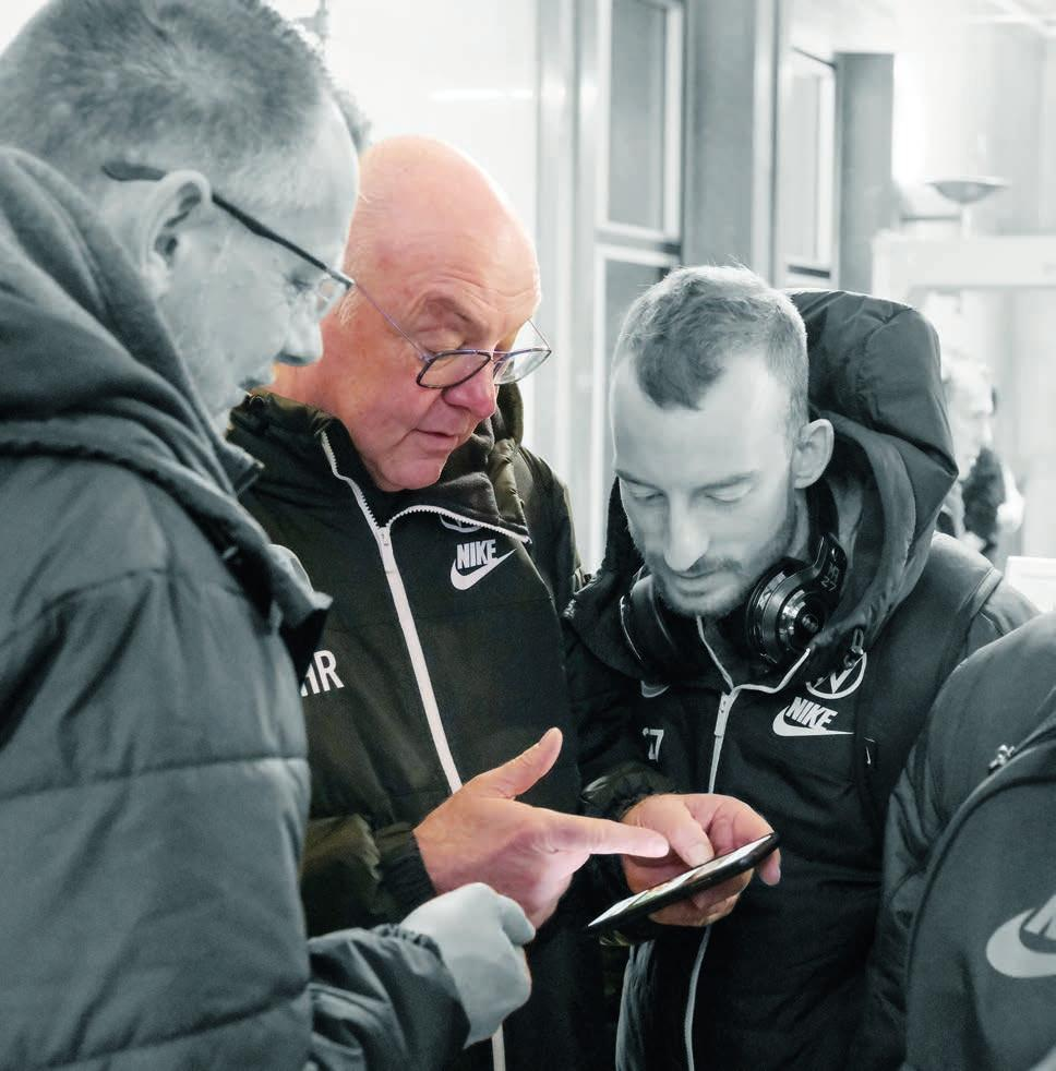 Mittendrin: Heribert Rüttger mit zwei anderen Urgesteinen des VfL Wolfsburg – Masseur Manfred Kroß (links) und Mittelfeldspieler Maximilian Arnold.
