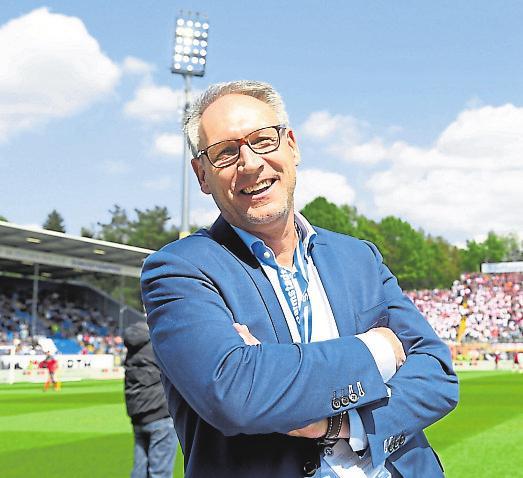 Hat gut Lachen in Anbetracht des Fortschritts des Umbaus: Rüdiger Fritsch, Präsident des SV Darmstadt 98, auf dem geheiligten Rasen des Stadions.