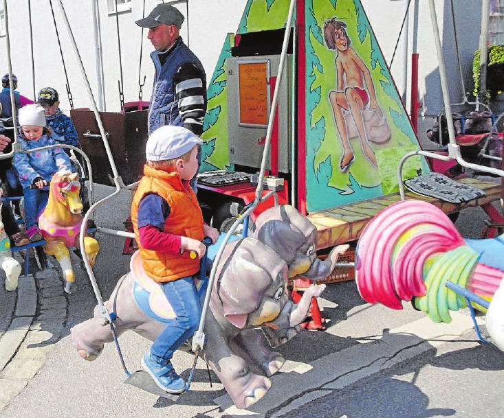 Bitte einsteigen – jetzt gehts rund. Die Kinderherzen werden höherschlagen, bei der Fahrt auf dem Karussell. Fotos: WG / pm