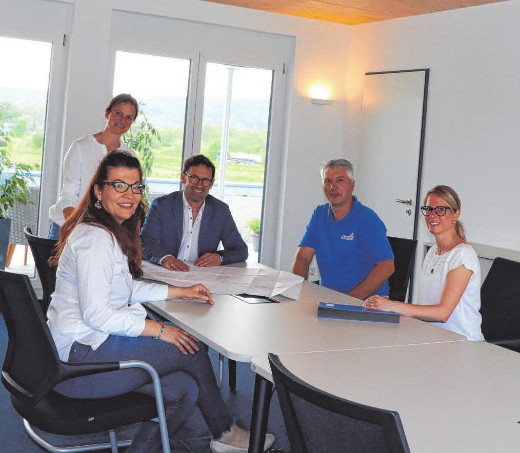 Oben: Bianca Hiller, Ursula und Andreas Speck sowie Christoph Bender und Judith Baumann (Foto von links) freuen sich über den großen Besprechungsraum mit Blick auf Terrasse und Dachgarten. Rund: Andreas Speck.