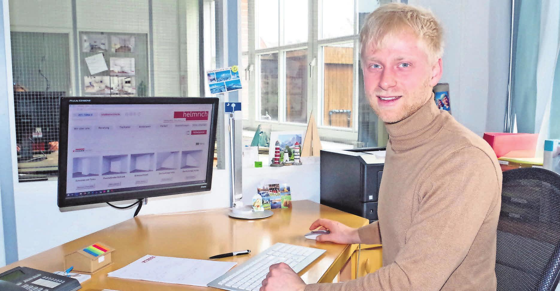 Richard Helmrich demonstriert, wie der Online-Möbelplaner auf der Helmrich-Homepage funktioniert.