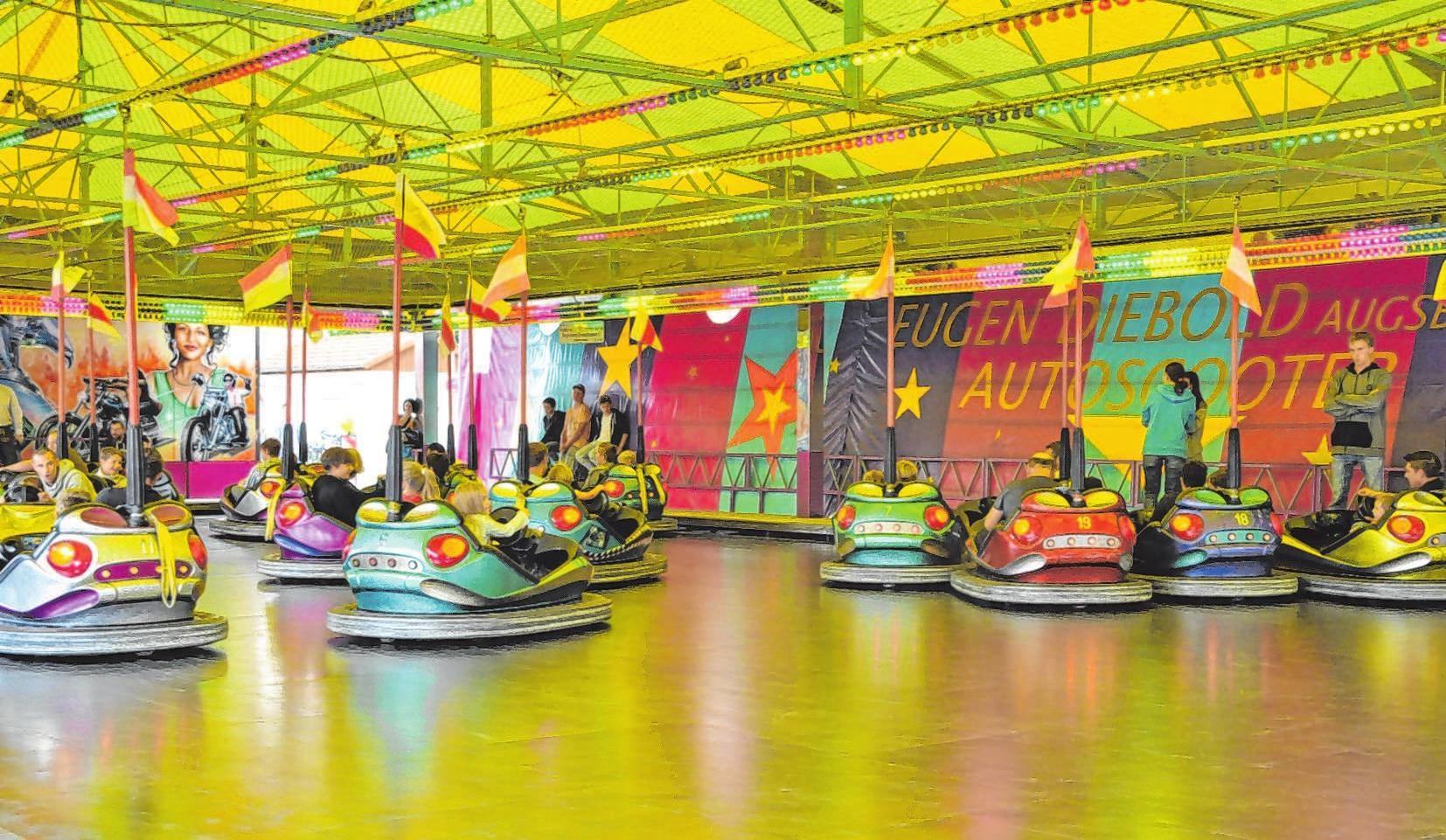 Für Jung und Alt versprechen die Fahrgeschäfte reichlich Spaß ; da kommt garantiert keine Langeweile auf.