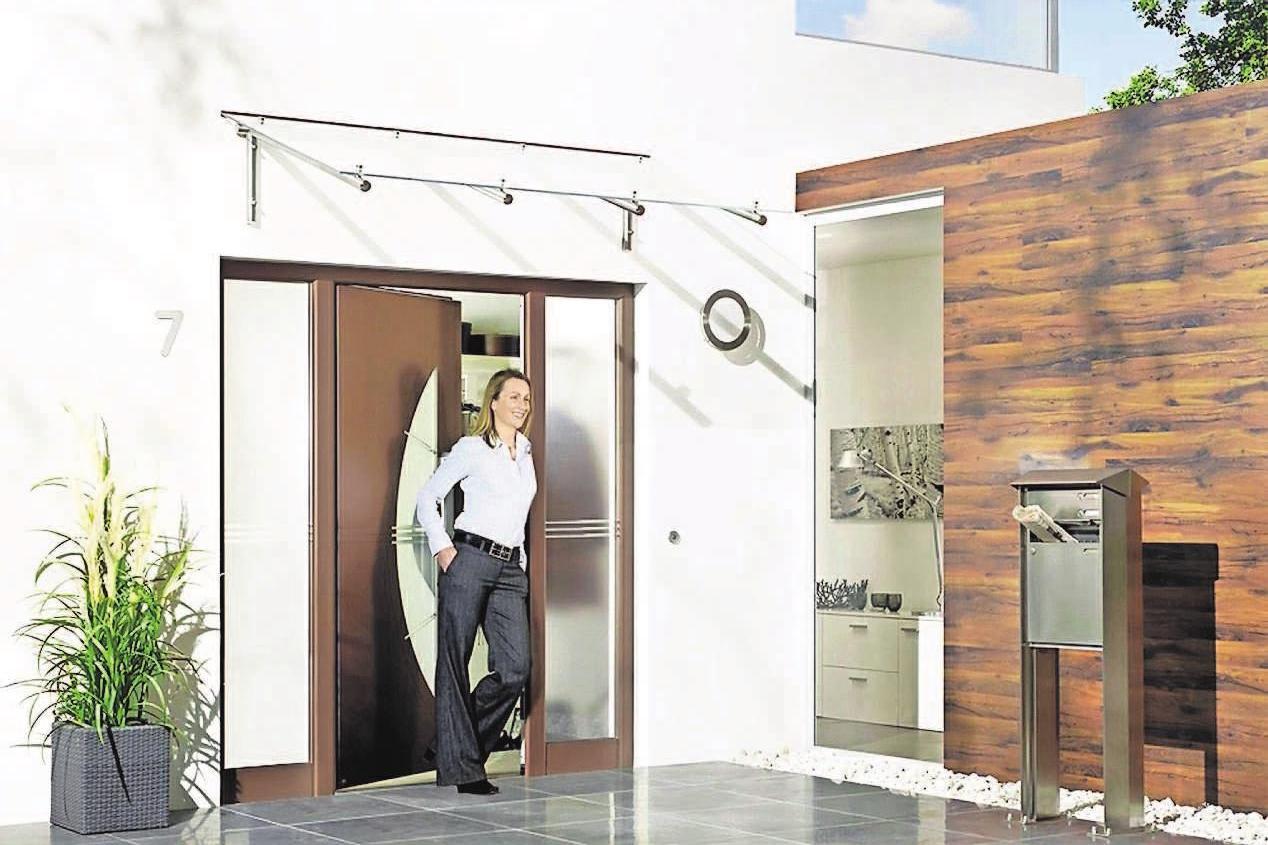 Seitenteile aus Glas sorgen für helle Eingangsbereiche mit viel Licht und werten das Ensemble optisch auf. Foto: djd/gr