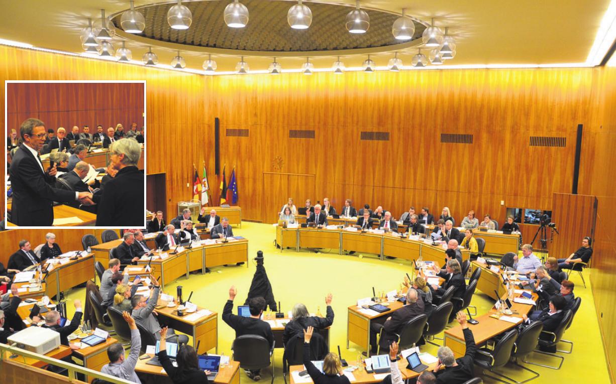 Abstimmung im Rat der Stadt Wolfsburg. Kleines Foto: OB Klaus Mohrs bei der Verpflichtung von Elvira Dresler sie übernimmt den Sitz von Winfried Bernhardt. Fotos (2): of