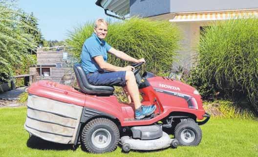 Der Hausmeisterservice umfasst auch das Rasenmähen.