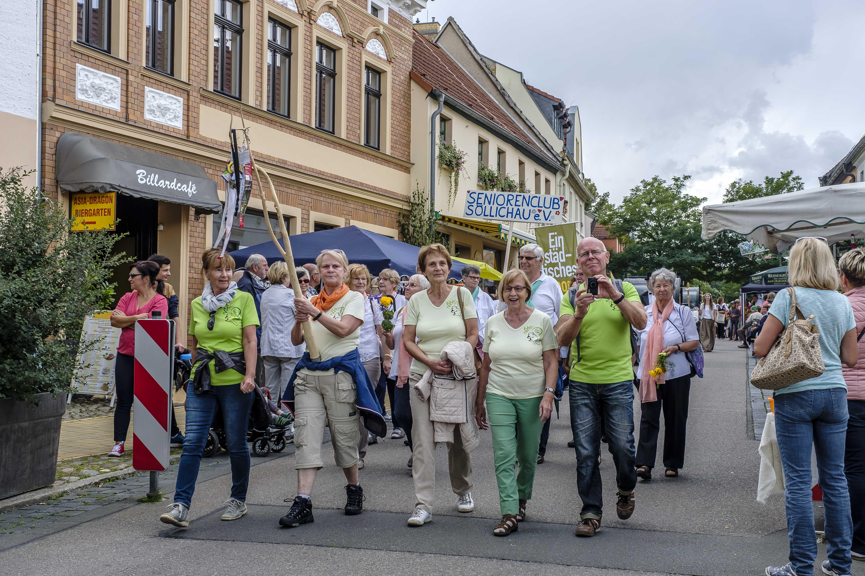 Am traditionellen Festumzug beteiligen sich auch die einzelnen Ortsteile Bad Schmiedebergs. Im Foto zu sehen der Verein Dübener Heide und der Seniorenclub Söllichau. FOTO: ARCHIV/KLITZSCH