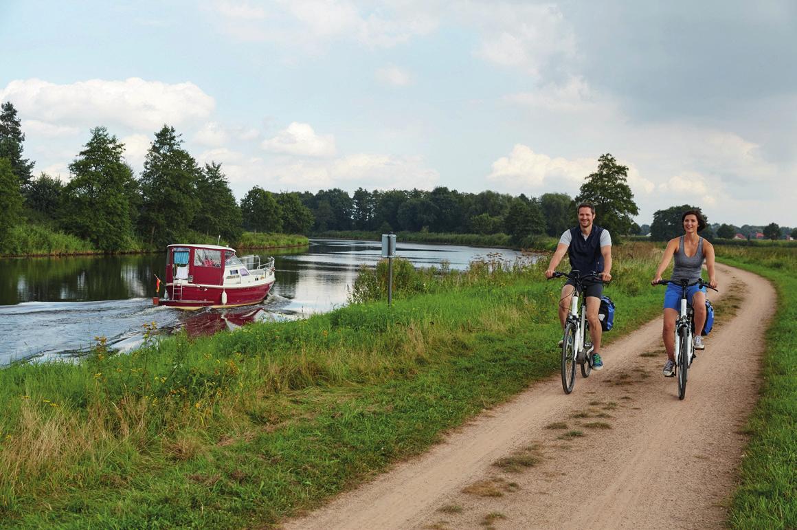 Radfahren an der Ems bei Lathen. foto: Naturpark Hümmling / Marcus Gloger