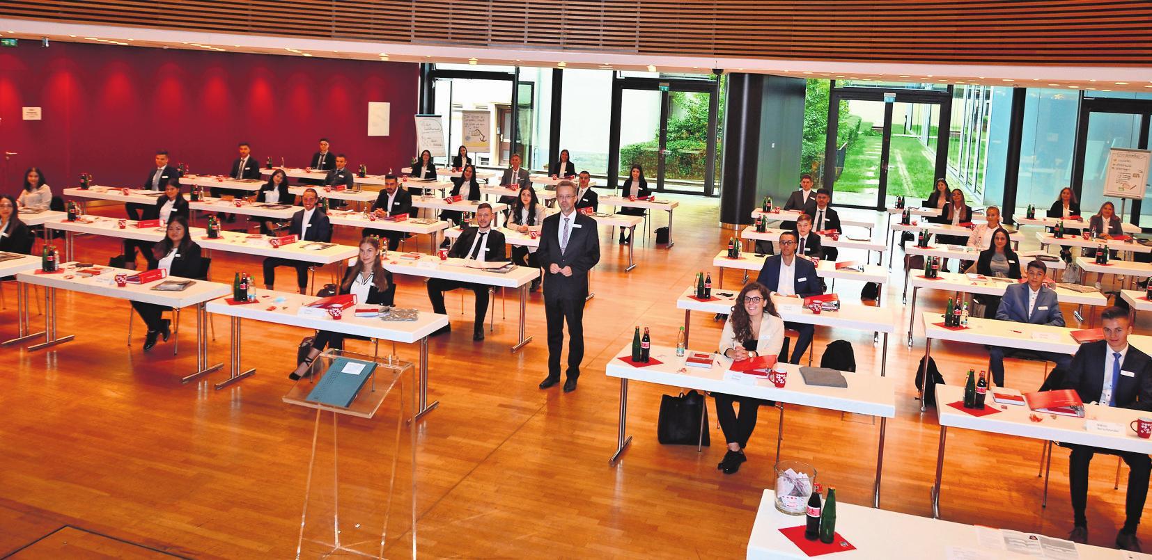Gute Perspektiven – Dr. Heinz-Werner Schulte, Vorstandsvorsitzender der Kreissparkasse Ludwigsburg begrüßt die neue Auszubildenden. Foto: privat