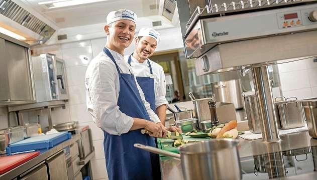 Azubi Ove Wülfken und Chef de Partie Tobias Glockner bereiten frische Speisen in der modernen Fischers-Fritz-Küche vor. FOTO: HFR