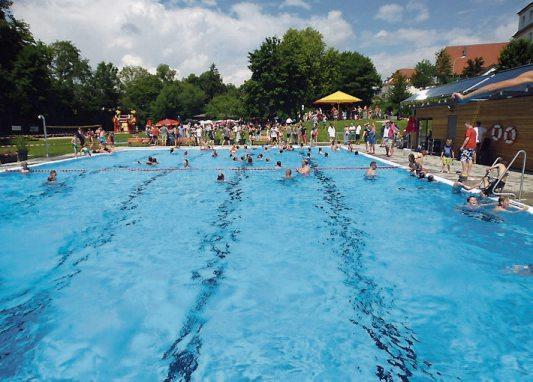 Das Freibad in Dettenhausen ist Anziehungspunkt für viele Wasserratten aus dem weiten Umkreis. Demnächst starten wieder Schwimmkurse. Archivbild: Ulrich Metz