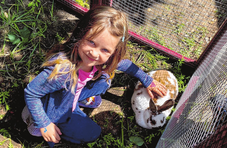 Carolin Herklotz aus Hangelsberg streichelte beim Hangelsberger Kaninchenzüchter-Verein das Zwergkaninchen Bachus. Zu Hause warteten die Hühner und ihr Hund.