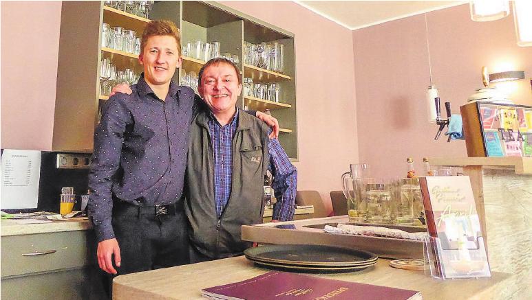 """Von links: """"Possecker"""" Inhaber Philip Müller und Großonkel Rainer Tröbs, früherer Besitzer der Gaststätte. Foto: hs"""