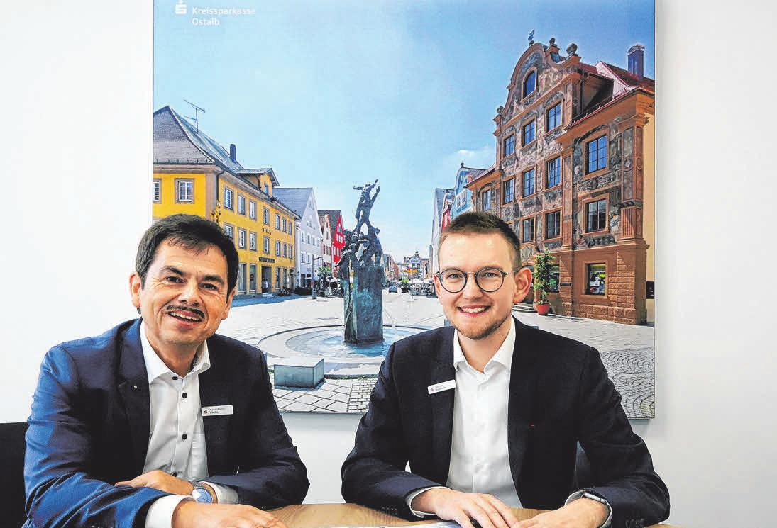 Der Filialdirektor der Ellwanger Kreissparkasse Xaver Franz Weber (links) und Vermögensberater Tassilo Topitsch im Mitarbeitergespräch.