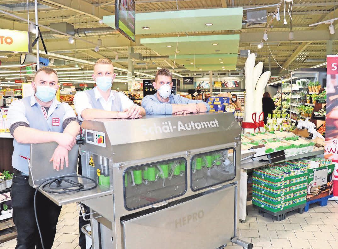 Alexander Percheim (von links), Max Genemann und Thorsten Krause haben im REWE Markt Barsinghausen alles für die Spargelsaison vorbereitet.