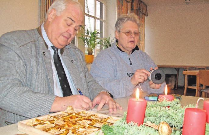 Manfred und Brigitte Negelmann packen Geschenke für die Weihnachtsstube ein. DOMINIIK FLINKERT