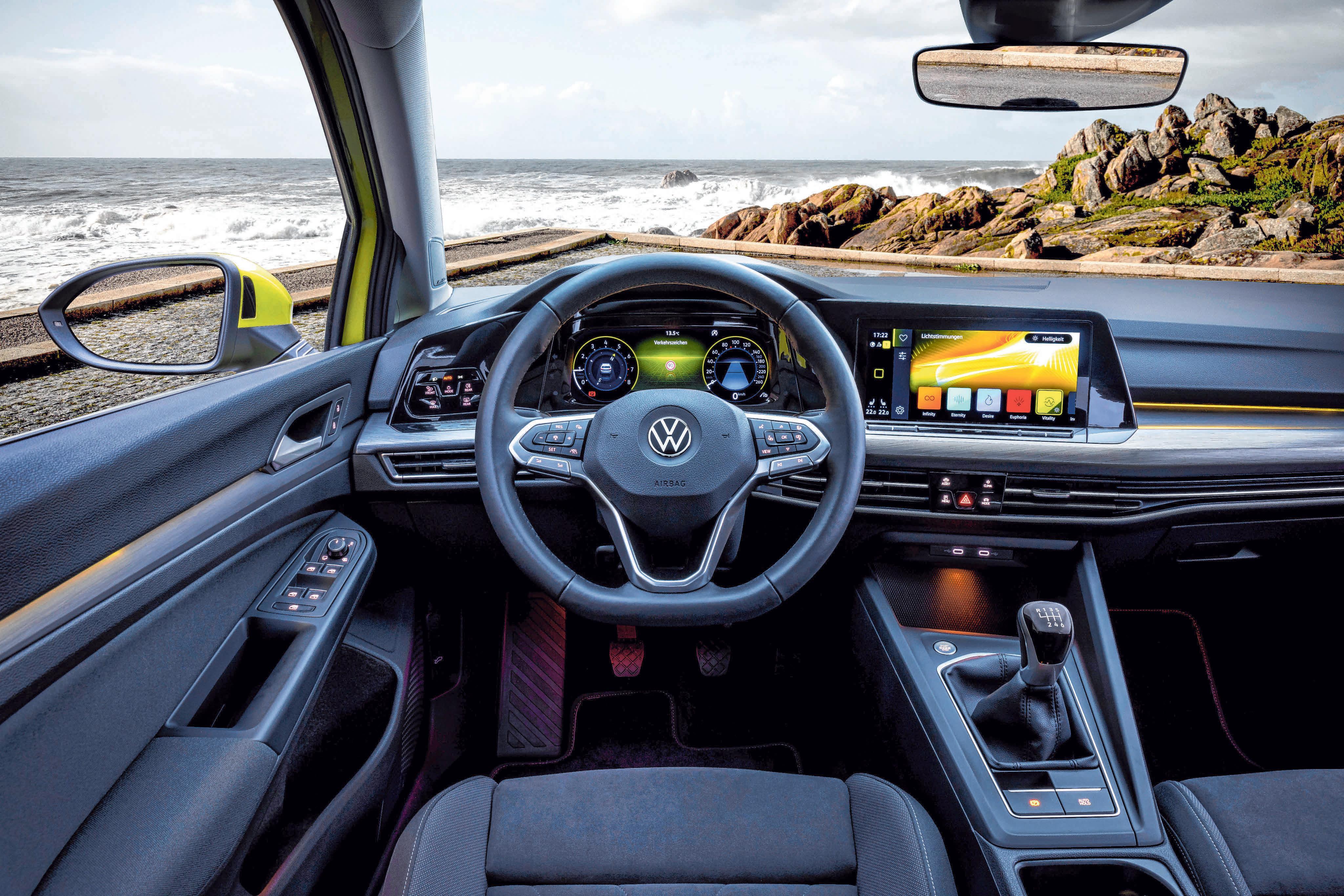 Das Cockpit ist des neuen Golf ist klarer, übersichtlicher, komplett digitalisiert und online vernetzt.