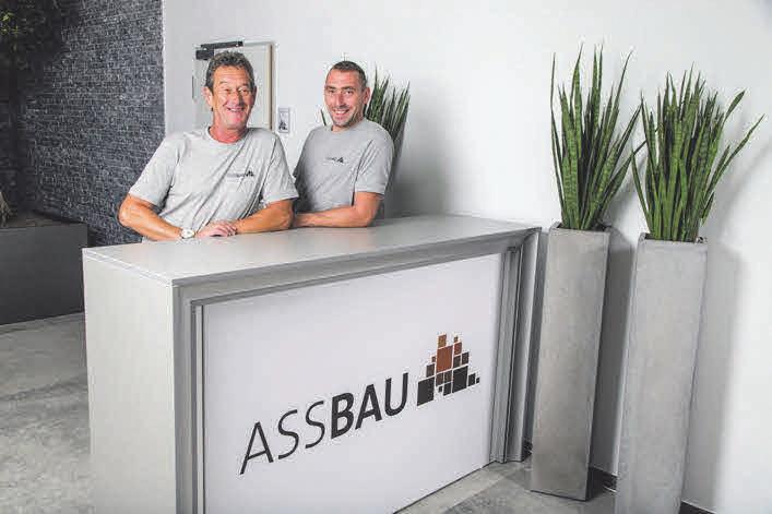 Um Baggerarbeite, LKW-Transporte und Lagerumschlag kümmern sich Bruno Riss und Marcin Abramowicz.
