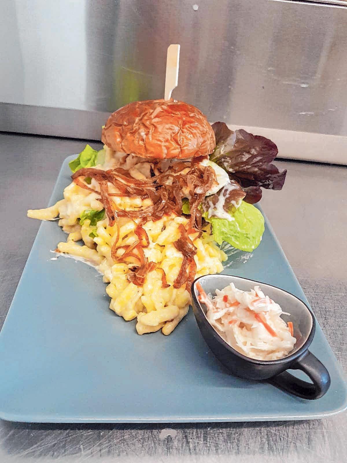 Der Schwabenburger mit Käsespätzle ist der absolute Geheimtipp im Chevy's Diner. FOTO: OH