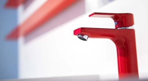 Der Wasserhahn Kludi SL in Rot leuchtet um die Wette mit anderen Accessoires der Ausstellung Pop up my Bathroom auf der ISH.