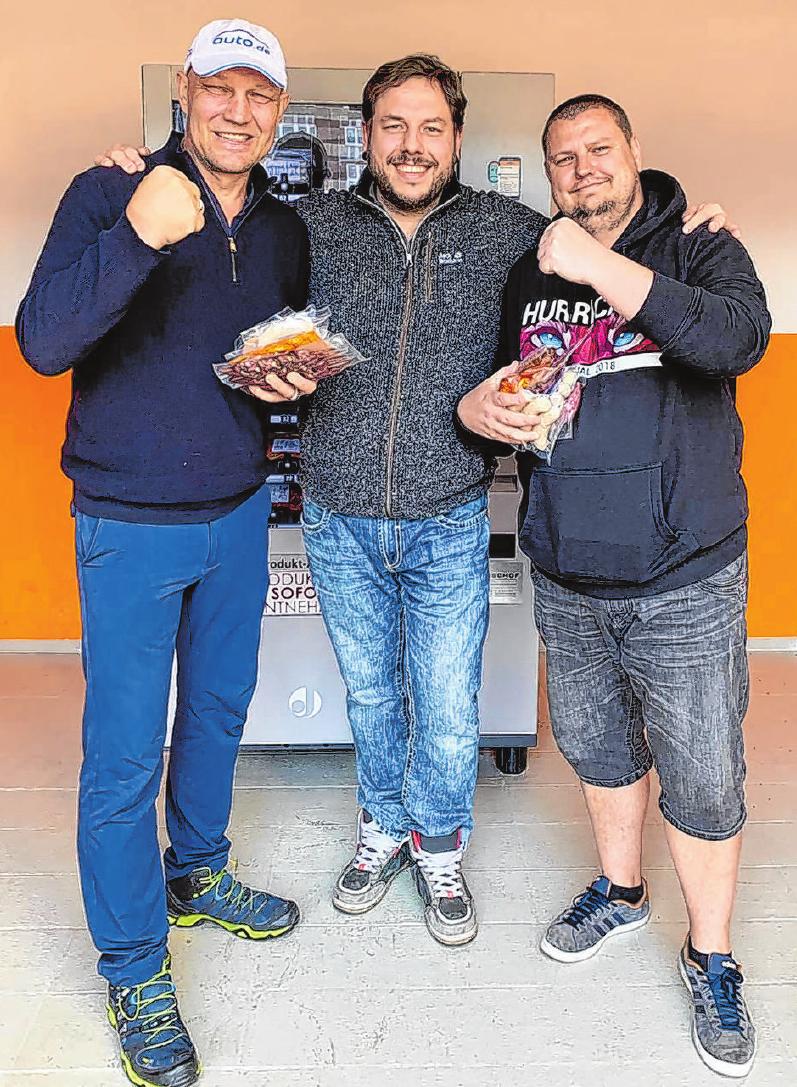 Axel Schulz (l.) und der gemeinsame Freund Frank Bührig (r.) statten sich gern an der Naschbox von Christian Ringk (Mitte) fürs Grillen aus. Foto: Cate Ring`k