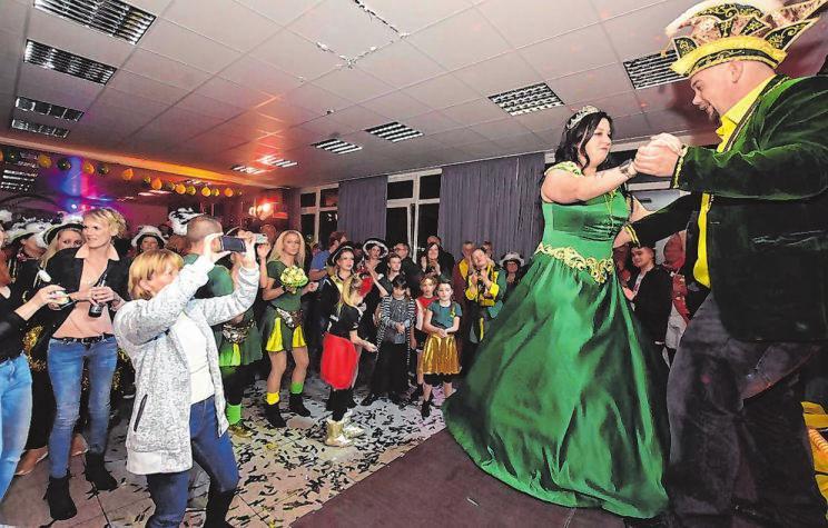 Bei der Proklamation im November wagten Mona I. und Toto I. ein Tänzchen. Am Samstag sollten sie sich aufs Kamelle-Werfen konzentrieren. Archivfotos: rai